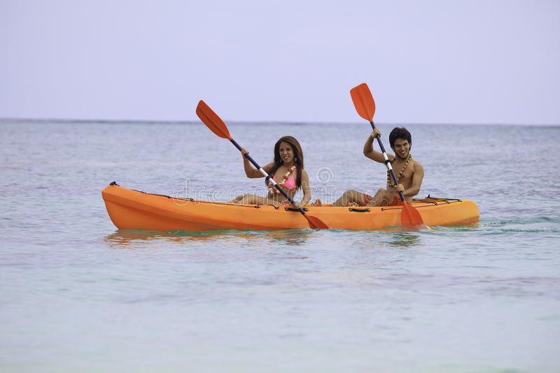 Jeunes couples asiatiques dans leur kayak photo stock