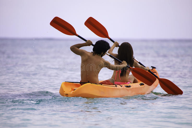 Jeunes couples asiatiques dans leur kayak photographie stock libre de droits