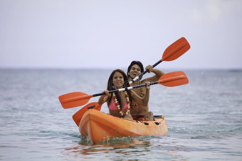 Jeunes couples asiatiques dans leur kayak image libre de droits