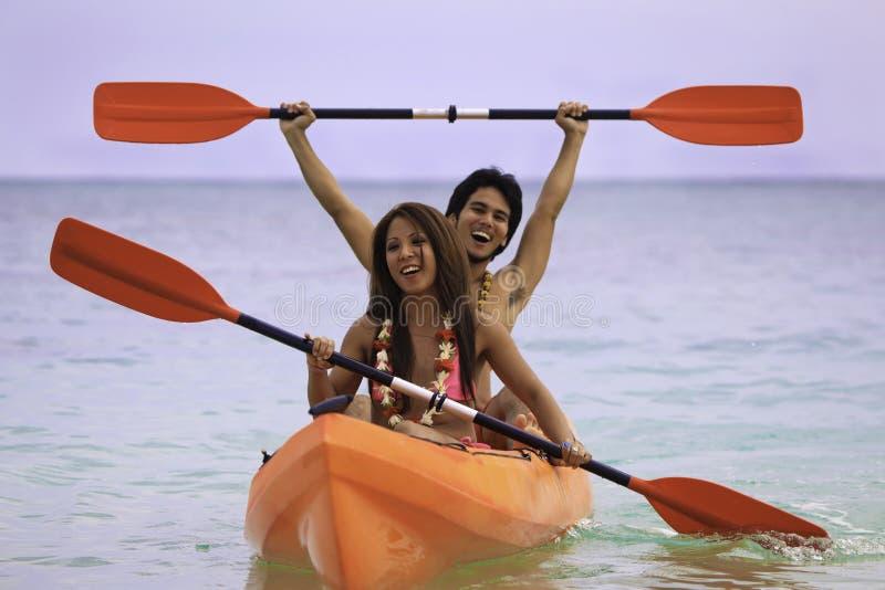 Jeunes couples asiatiques dans leur kayak photos stock
