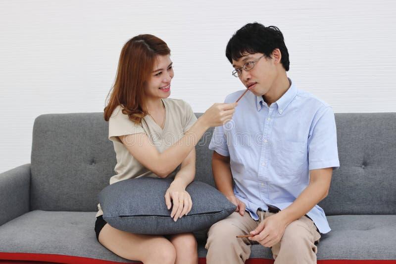 Jeunes couples asiatiques doux et romans dans l'amour et avoir le bonheur dans le salon photographie stock libre de droits