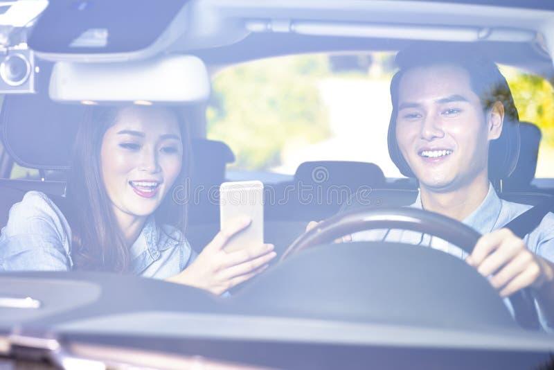 Jeunes couples asiatiques montant une voiture photographie stock