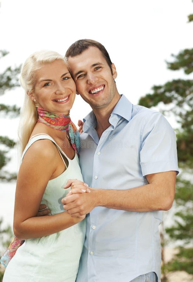 Jeunes couples attrayants à l'extérieur photos stock