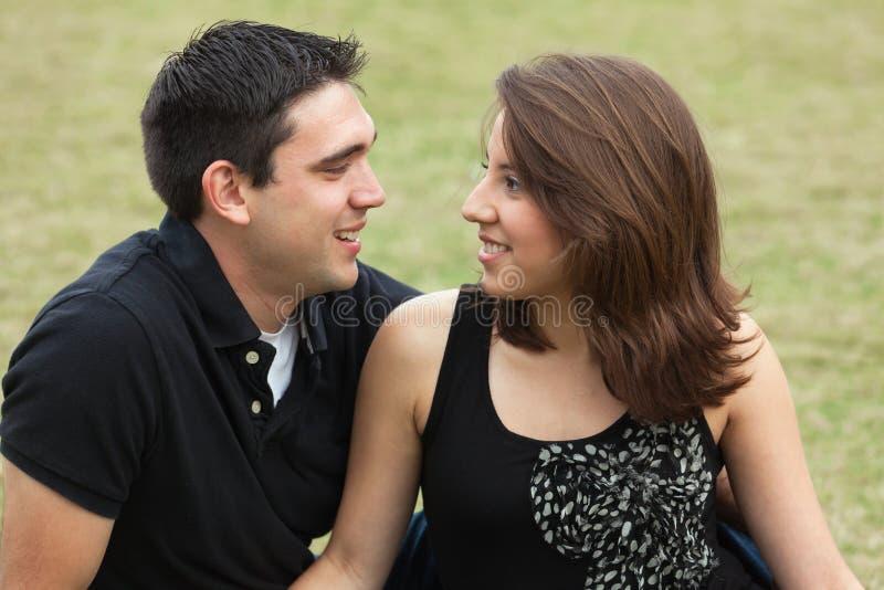 Jeunes couples attrayants photos libres de droits