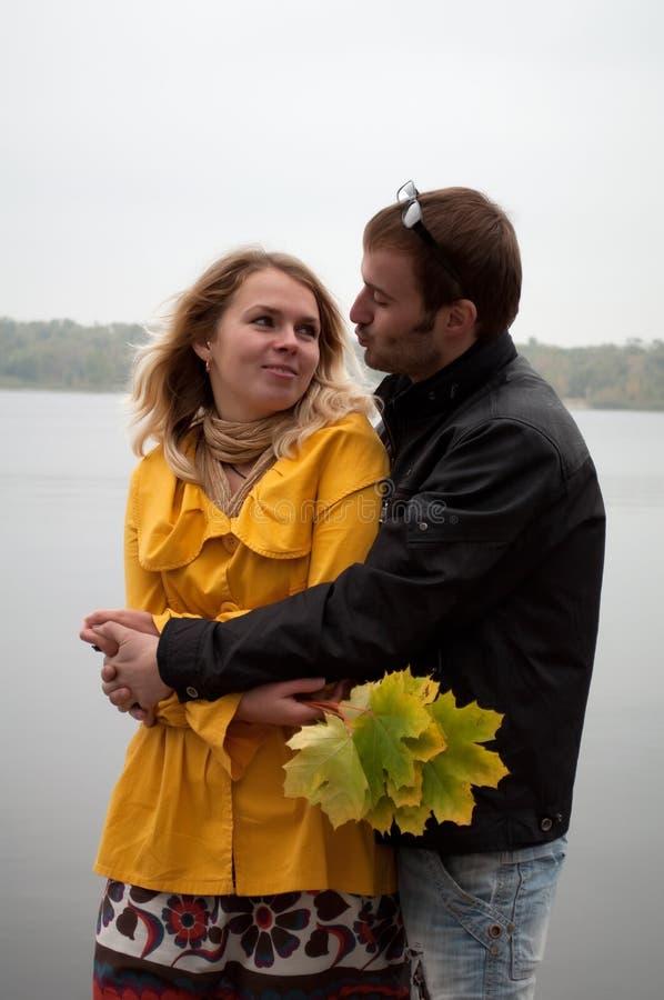 Jeunes couples attrayants dans l'amour images stock