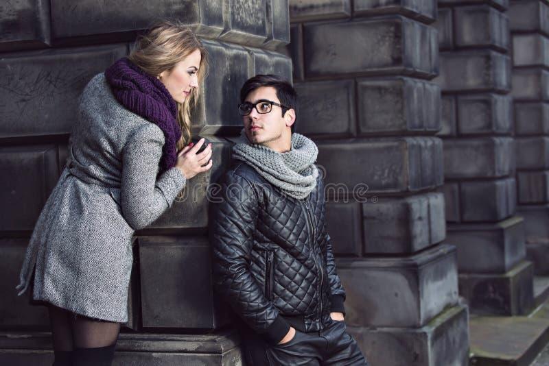 Jeunes couples attrayants dans l'amour images libres de droits