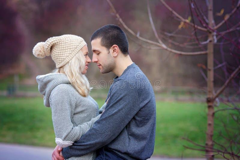 Jeunes couples attrayants dans l'amour, adolescents ayant l'amusement dehors, photographie stock