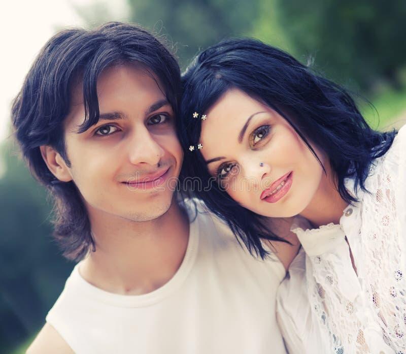 Jeunes couples attrayants de sourire heureux images libres de droits