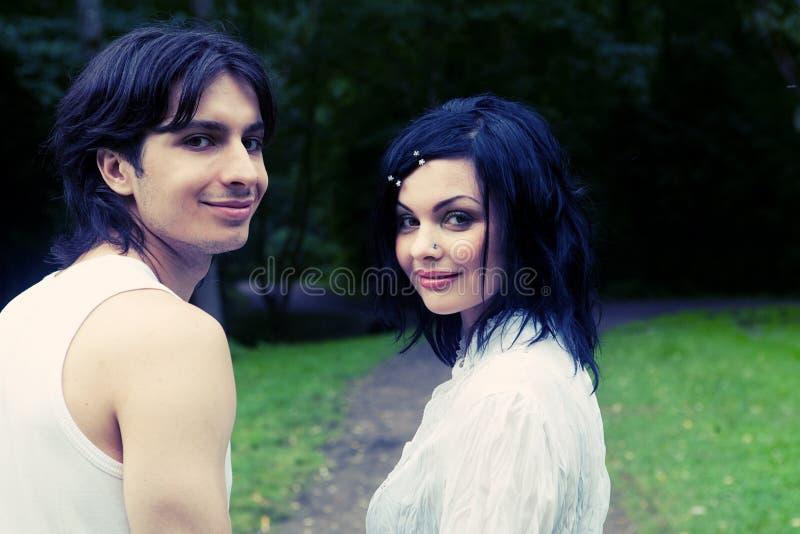 Jeunes couples attrayants de sourire heureux photos stock