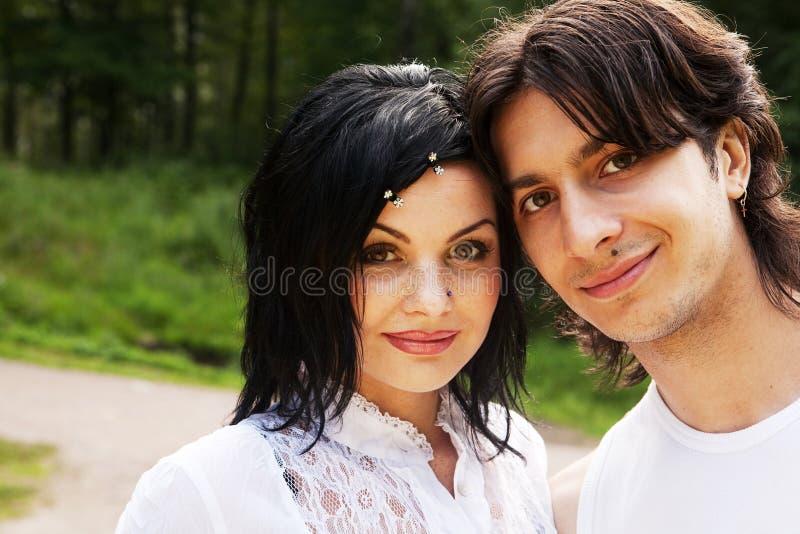 Jeunes couples attrayants de sourire heureux photo stock