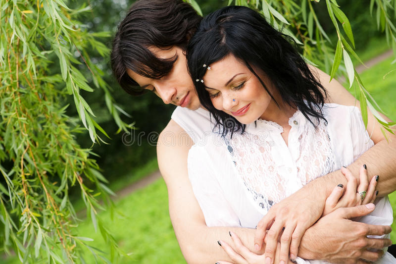 Jeunes couples attrayants de sourire heureux image stock
