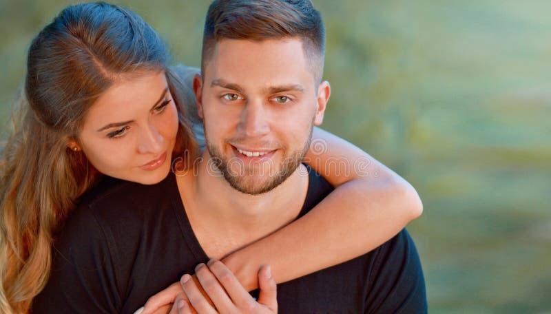 Jeunes couples attrayants de sourire heureux ensemble dehors photo stock