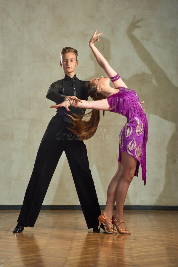 Jeunes couples attrayants des enfants dansant la danse de salle de bal photo libre de droits