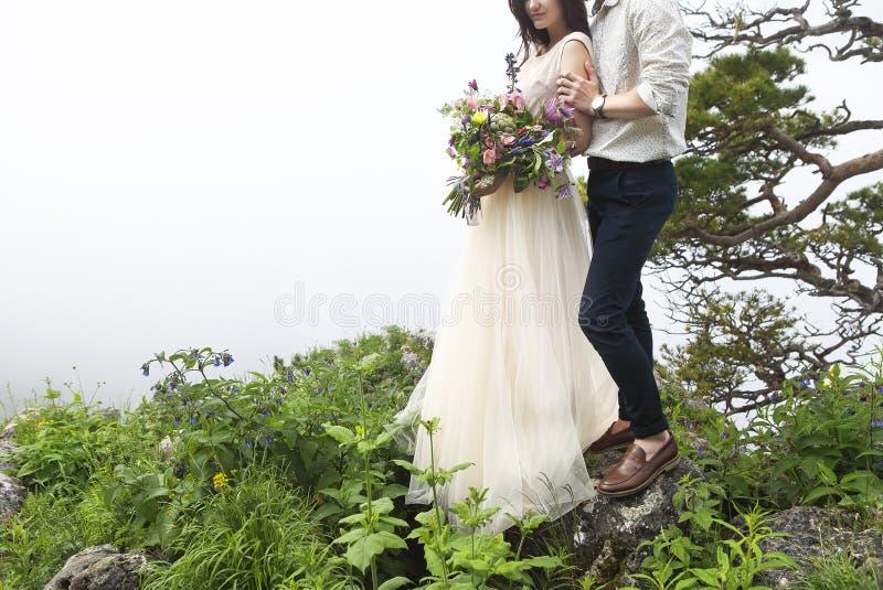 Jeunes couples attrayants ensemble à l'extérieur photos stock