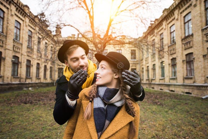 jeunes couples attrayants gais dans l'avant images stock
