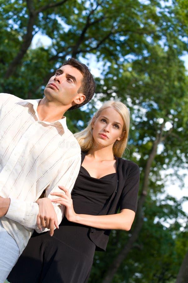 Jeunes couples attrayants heureux photographie stock
