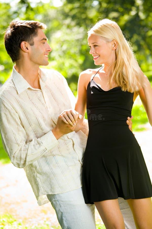 Jeunes couples attrayants heureux photos stock