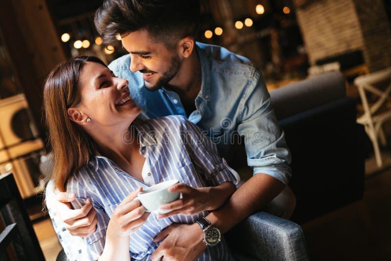 Jeunes couples attrayants la date dans le café photo libre de droits