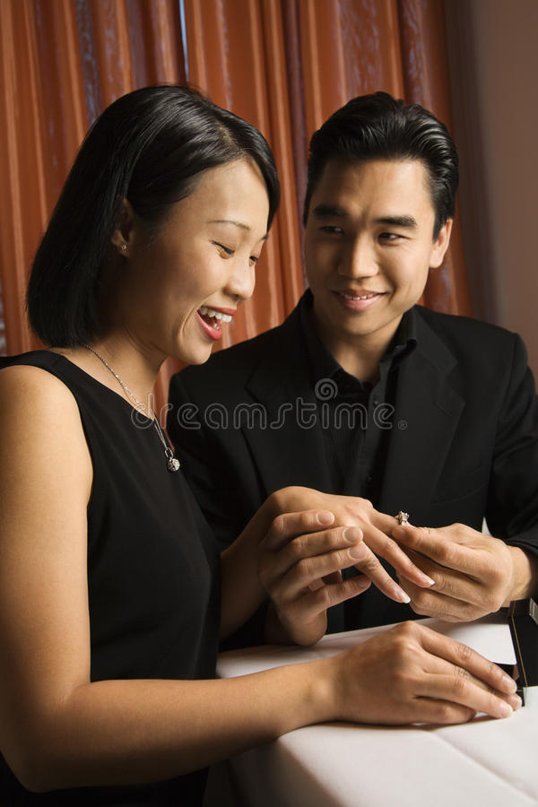 Jeunes couples attrayants se fiançant photos stock