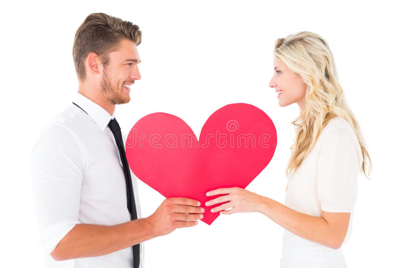 Jeunes couples attrayants tenant le coeur rouge photo stock