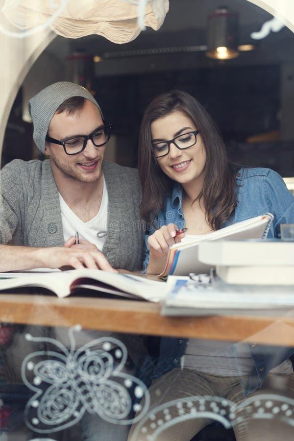 Jeunes couples au café image stock