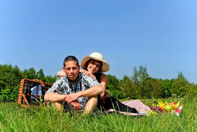 Jeunes couples au pique-nique photographie stock