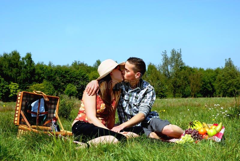 Jeunes couples au pique-nique photos libres de droits