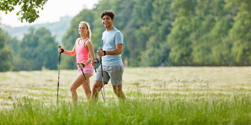 Jeunes couples augmentant en été photos stock