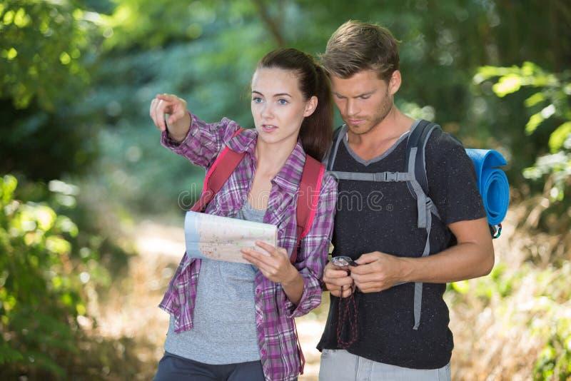 Jeunes couples augmentant en nature images stock