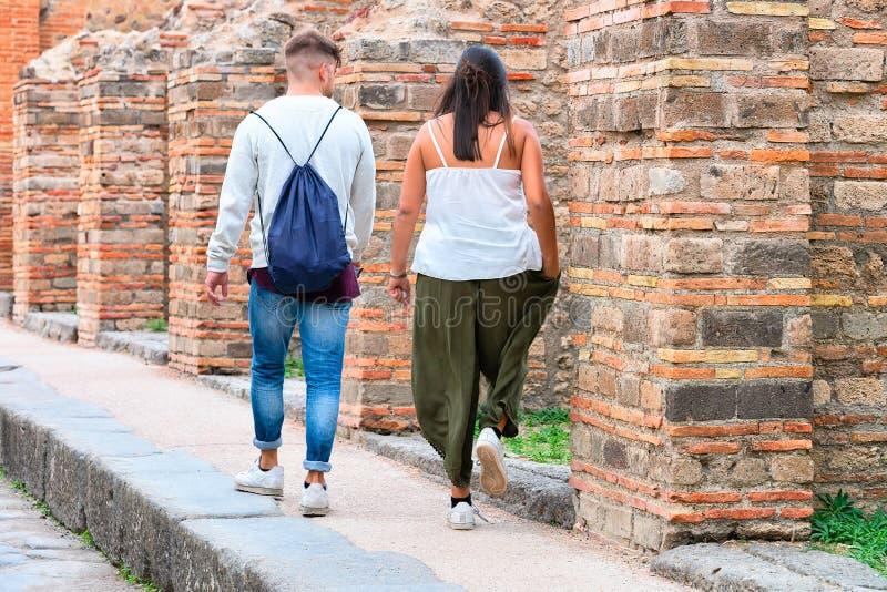 Jeunes couples aux ruines de la ville antique à Pompeii images libres de droits