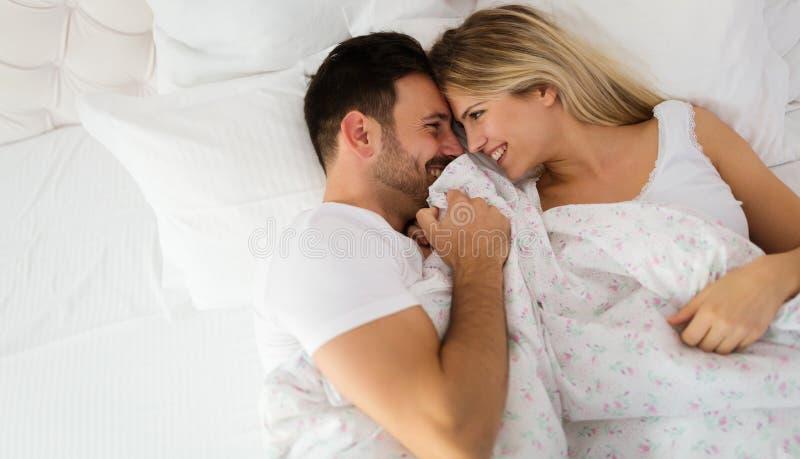 Jeunes couples ayant avoir des périodes romantiques dans la chambre à coucher images libres de droits