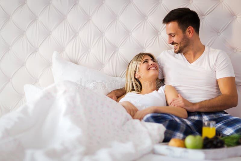 Jeunes couples ayant avoir des périodes romantiques dans la chambre à coucher photos libres de droits