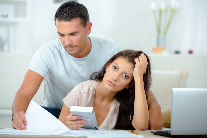 Jeunes couples ayant des problèmes financiers photos libres de droits