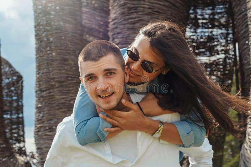 Jeunes couples ayant l'extérieur d'amusement au jour d'été ensoleillé images stock