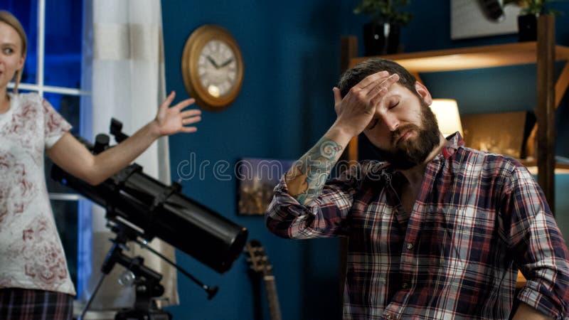 Jeunes couples ayant la querelle à la maison photographie stock