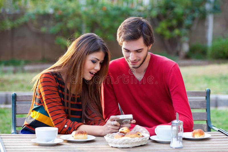 Jeunes couples ayant le café photo stock