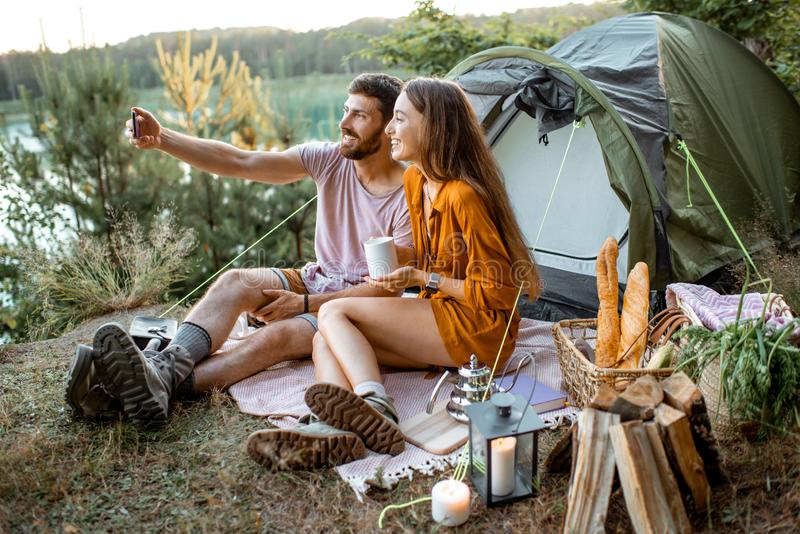 Jeunes couples ayant un camping dans la forêt photos stock
