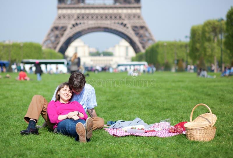 Jeunes couples ayant un pique-nique photos stock