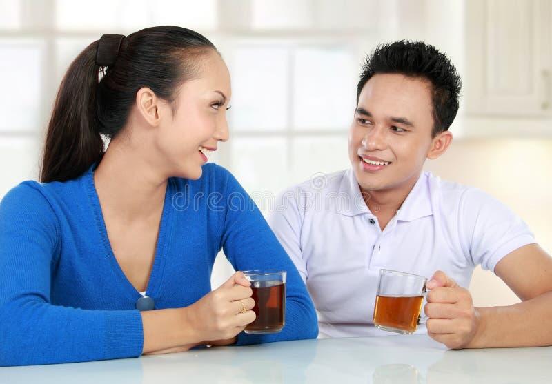 Jeunes couples ayant un thé photo stock