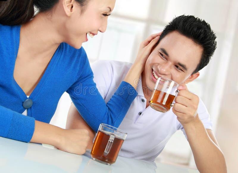Jeunes couples ayant un thé images stock