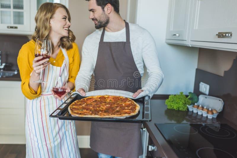 Jeunes couples ayant un verre de vin photos libres de droits
