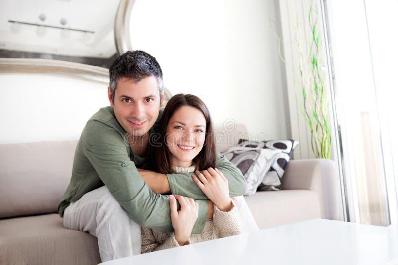 Jeunes couples beaux image libre de droits
