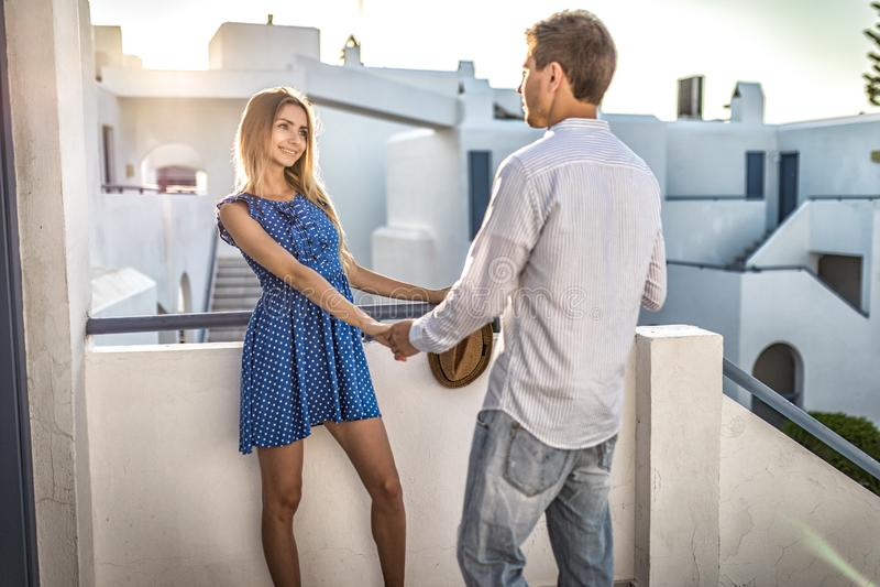 Jeunes couples caucasiens aimants tenant des mains dehors, station de vacances en Grèce photographie stock