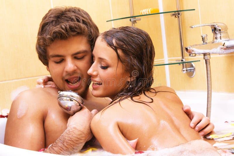 Jeunes couples chantant dans la douche photographie stock libre de droits
