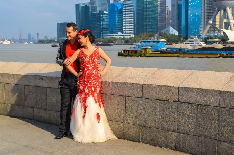 Jeunes couples chez Bund photo stock