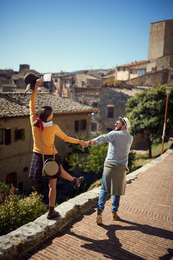 Jeunes couples chez l'Italie - homme et femme visitant Toscane image libre de droits
