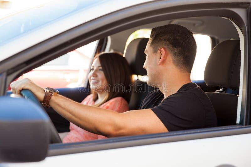 Jeunes couples conduisant à une date photos libres de droits