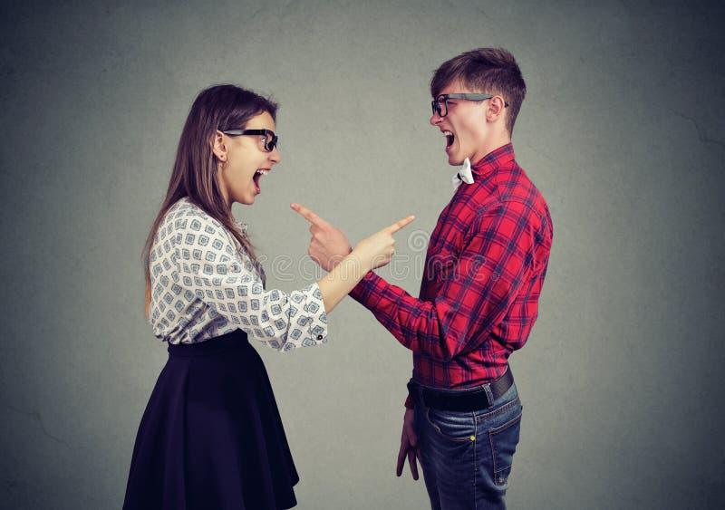 Jeunes couples criards ayant le conflit photographie stock