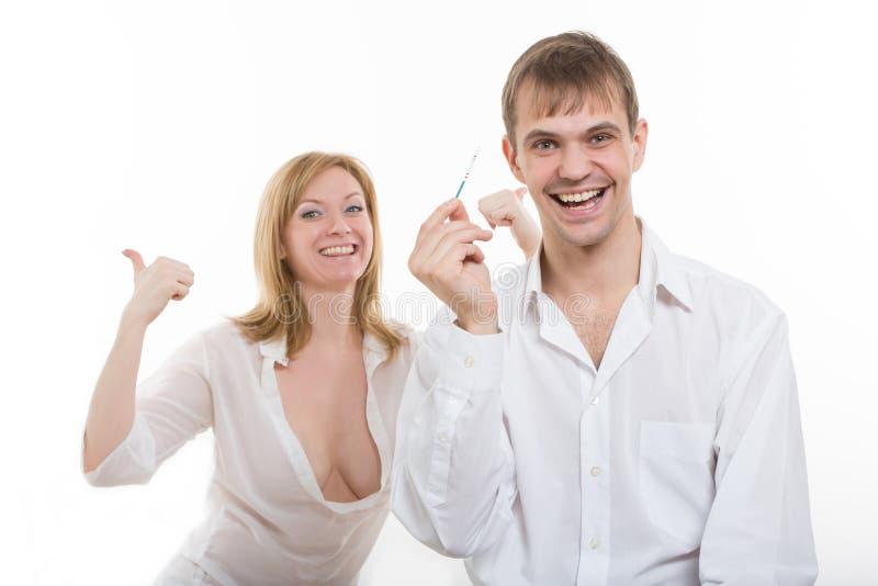 Jeunes couples découvrant des résultats d'une grossesse images libres de droits