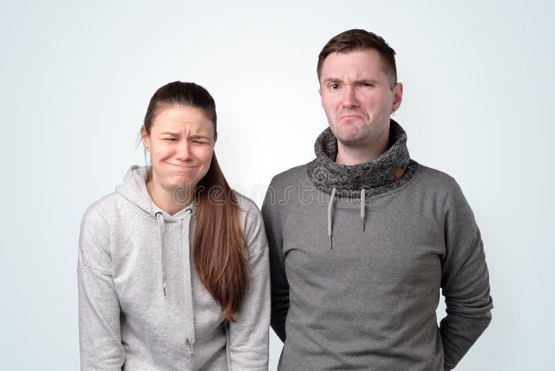 Jeunes couples déprimés ayant des problèmes de relations Projectile de studio photographie stock libre de droits